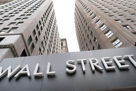 """Ein Schild mit der Aufschrift """"Wall Street"""" hängt an der Fassade der New Yorker Börse. In den USA haben die Standardwerte-Börsen am Montag geschwächelt."""