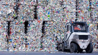 Sortierte Verpackungsabfälle stehen gepresst neben einer Halle, nachdem sie in der Sortieranlage des Entsorgungsunternehmens Remondis getrennt worden sind.