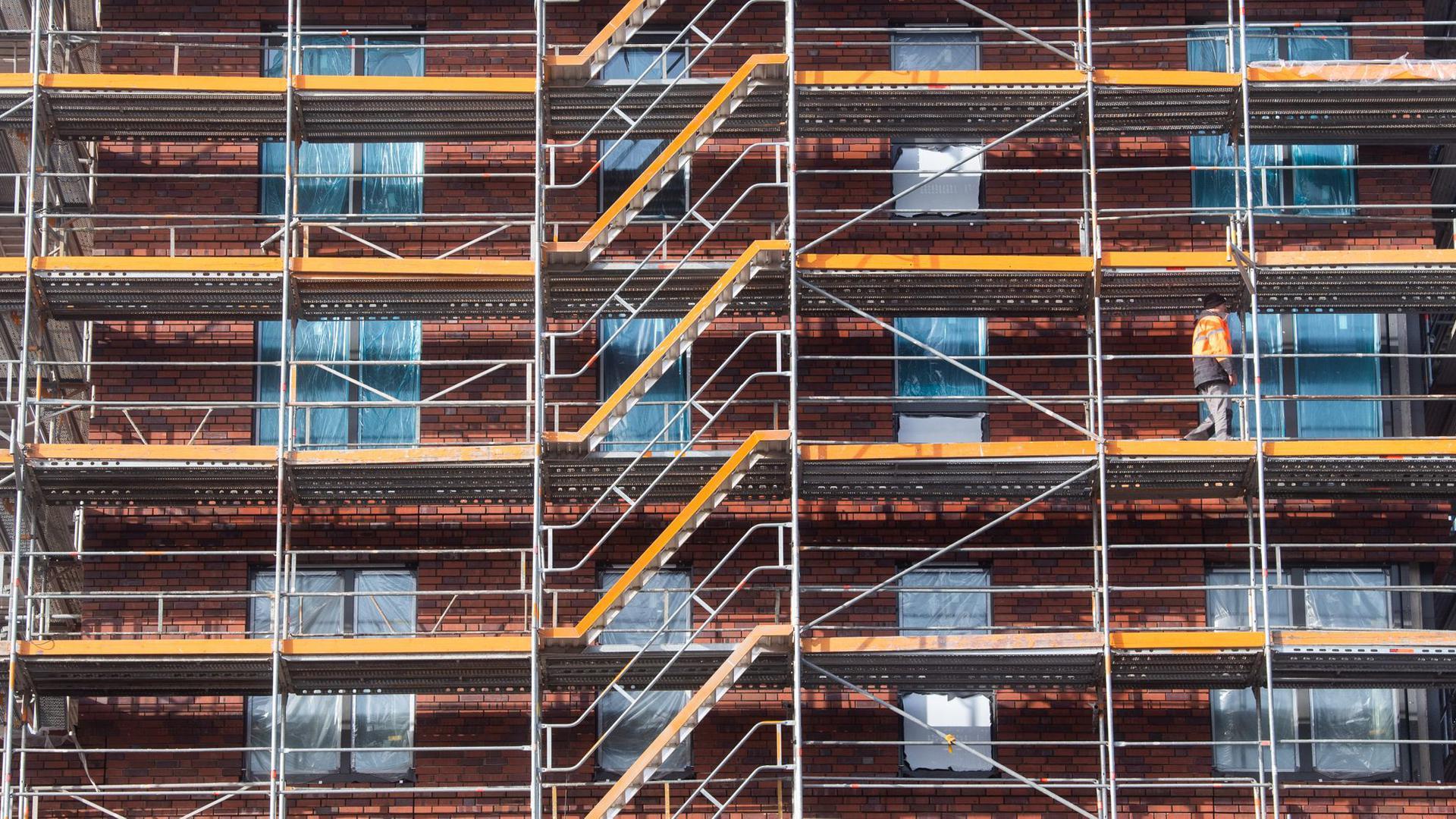 Bauarbeiter arbeiten am Neubau eines Mehrfamilienhauses im städtebaulichen Großprojekt Wasserstadt Limmer.
