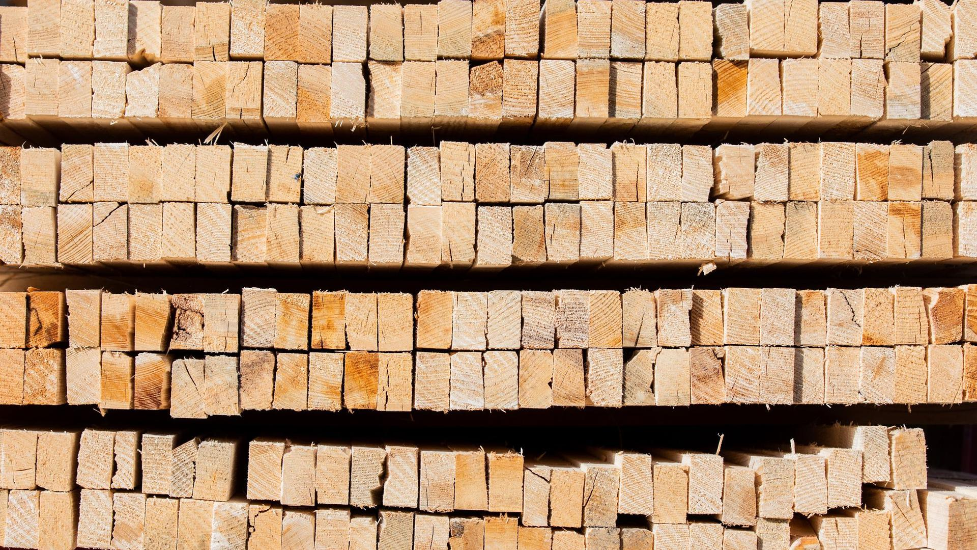 Dachlatten aus Holz sind am Firmensitz eines Dachdeckermeisters zu sehen. Die Rohstoffknappheit droht den Aufschwung im Handwerk zu gefährden.