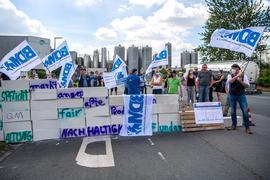 Milchbauern demonstrieren vor dem Gebäude vom DKM Deutsches Milchkontor in Edewecht für angemessene Milchpreise.