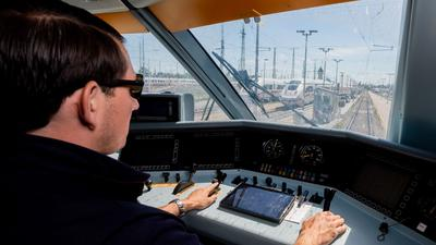 Kevin Tinney, Ausbilder für Lokführer bei der Deutschen Bahn, fährt einen ICE 2 ins ICE-Werk Rummelsburg.