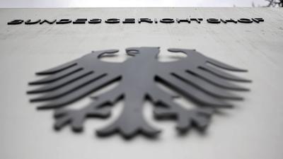 """Der Bundesgerichtshof in Karlsruhe beschäftigt sich mit der Rechtmäßigkeit der sogenannten Cum-Ex-Geschäfte. Diese heißen so, weil Aktien mit (""""cum"""") und ohne (""""ex"""") Dividendenanspruch rund um den Stichtag für die Ausschüttung in rascher Folge hin- und hergeschoben wurden."""