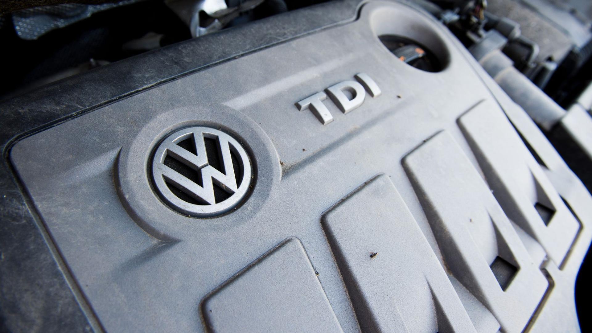 Ein Volkswagen Touran mit einem vom Abgas-Skandal betroffenen 2.0l TDI Dieselmotor vom Typ EA189.