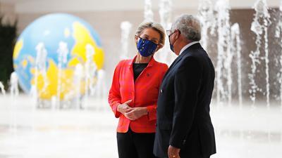 Ursula von der Leyen, Präsidentin der Europäischen Kommission, mit dem portugiesischen Premierminister Antonio Costa in Lissabon.
