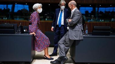 Christine Lagarde, Präsidentin der Europäischen Zentralbank (EZB), im Gespräch mit Bundesfinanzminister Olaf Scholz (r) und EU-Finanzkommissar Paolo Gentiloni.
