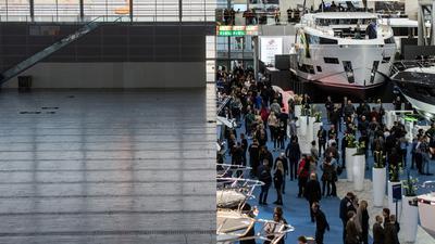 """Die leere Halle 6 der Messe Düsseldorf im Frühjahr 2021 (l) und dieselbe Halle am 18.01.2020 während der Wassersportmesse """"boot""""."""