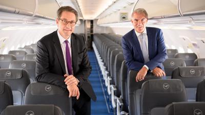 Bundesverkehrsminister Andreas Scheuer (l) und Lufthansa-Chef Carsten Spohr an Bord eines Airbus A 320neo.