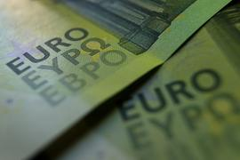 100-Euro-Banknoten liegen auf einem Tisch.