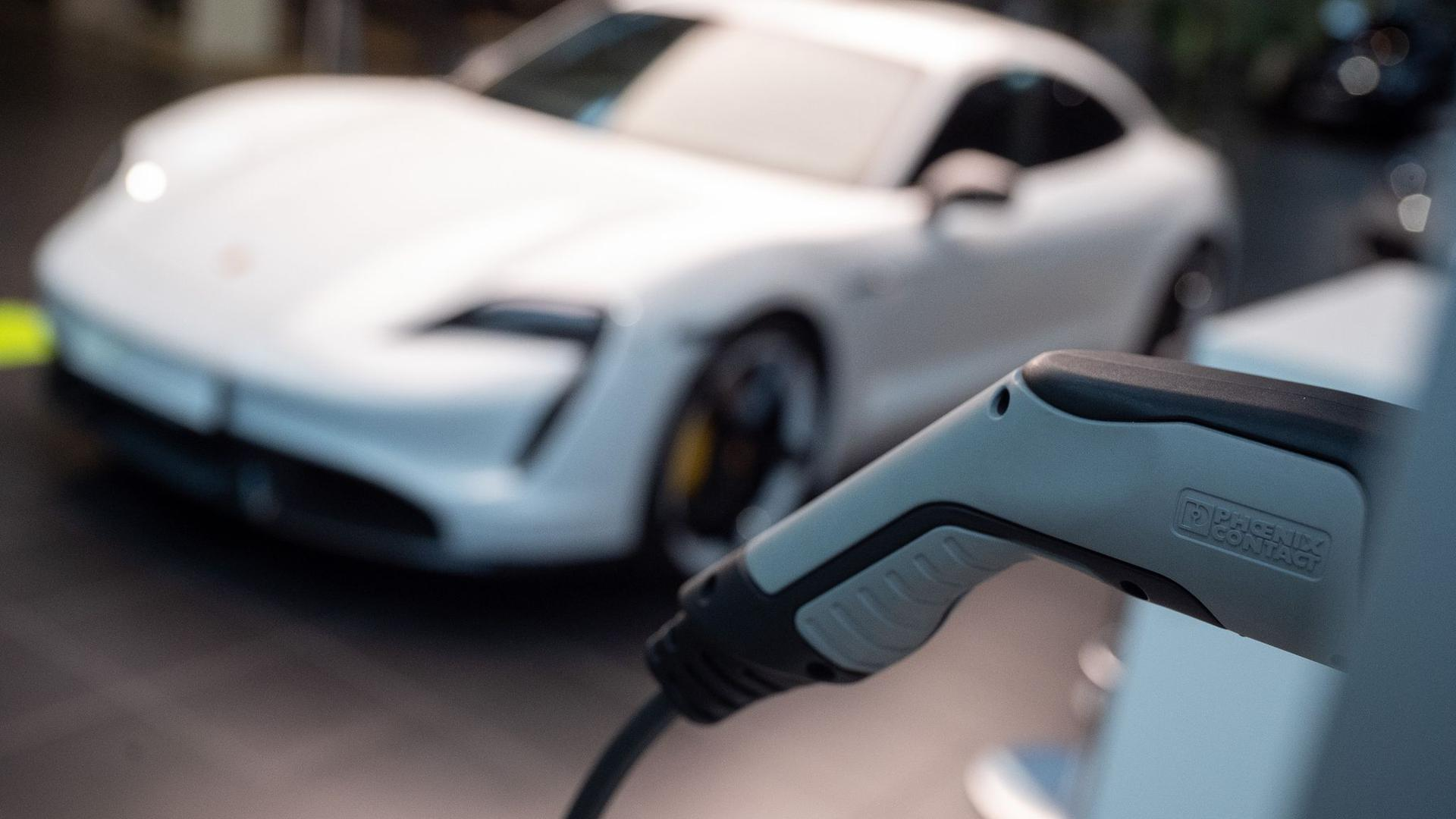 Ein elektrischer Porsche Taycan Turbo S.