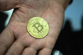 Münze mit Bitcoin-Logo: Der Kurs der Kryptowährung hat erneut nachgegeben.