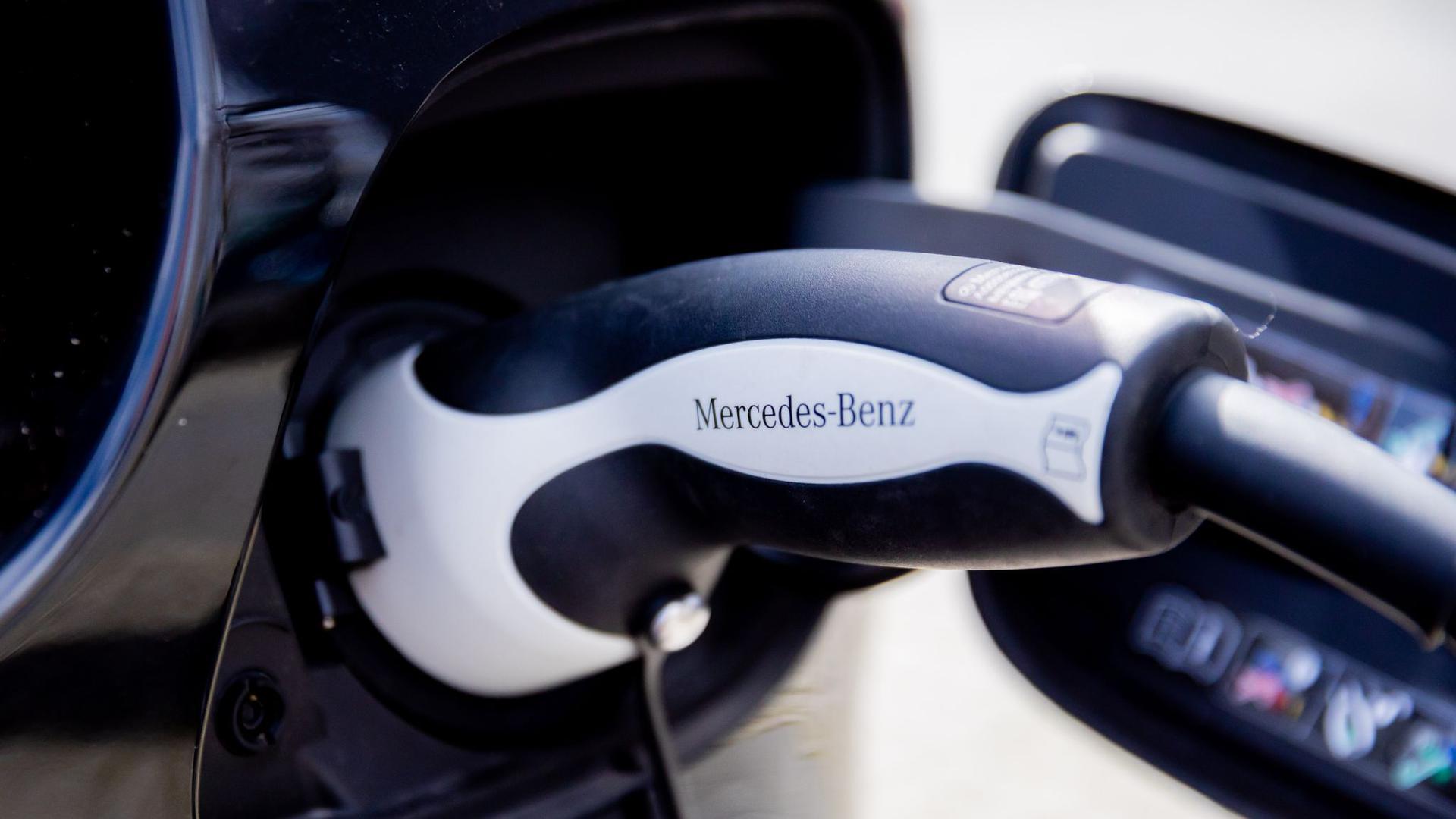 Der Ladestecker eines Autos mit Plug-in-Hybrid-Antrieb von Mercedes-Benz. Daimler will das Tempo für das Ziel CO2-Neutralität erhöhen.