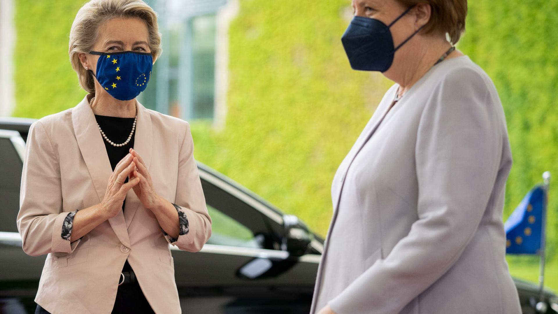 Bundeskanzlerin Angela Merkel empfängt EU-Kommissionschefin Ursula von der Leyen vor dem Bundeskanzleramt.