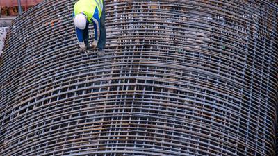 """Auf der Baustelle für die künftige U-Bahn-Linie auf der Straße """"Unter den Linden"""" wird der Stahl verarbeitet."""