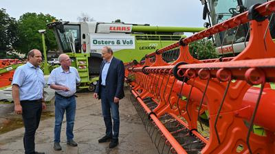 Heiko Terno (l-r), Vize-Präsident des Landesbauernverbandes Brandenburg, Dirk Peters, Geschäftsführer Agro-Farm GmbH Nauen und Joachim Rukwied, Präsident des Deutschen Bauernverbandes, gaben ihrer Ernteprognose ab.