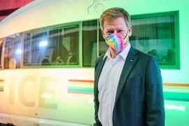 Richard Lutz, Vorsitzender der Deutschen Bahn, vor dem Regenbogen-ICE.