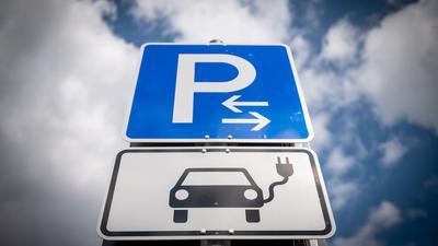 Schilder weisen auf Parkplätze für Elektroautos hin.