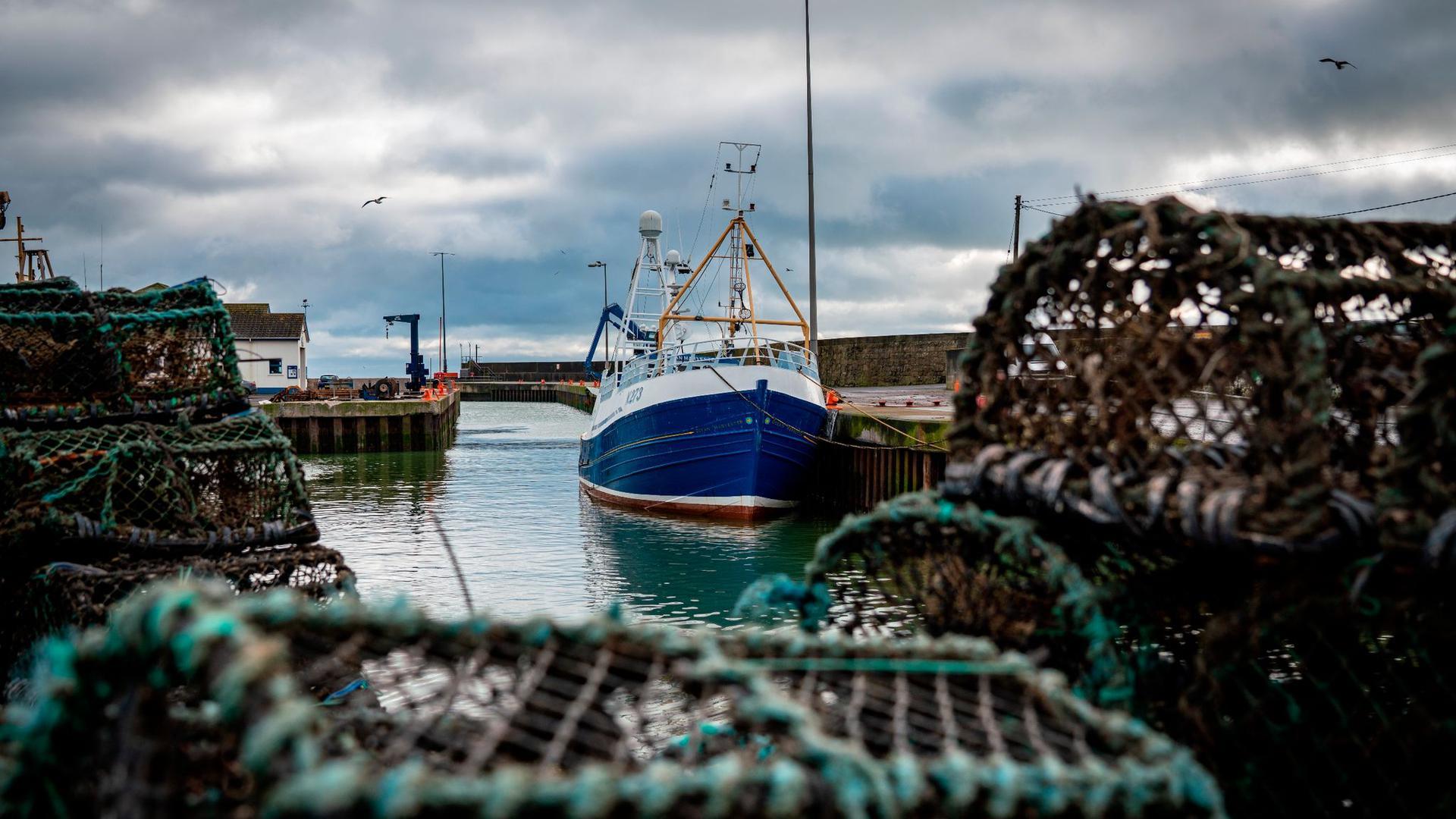 Ein Fischerboot liegt im Hafen von Kilkeel in Nordirland.