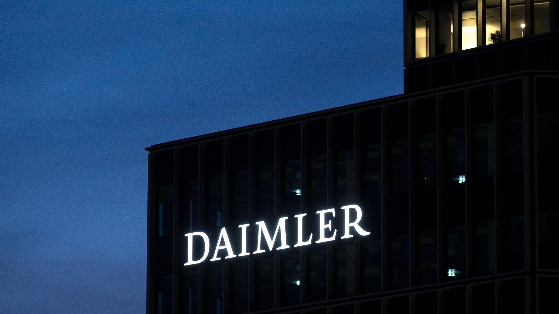 Das Logo der Daimler AG in der Morgendämmerung.