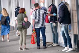 Menschen beim Einkaufsbummel in Hamburg.