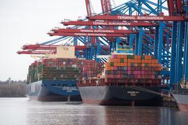 Containerschiffe im Hamburger Hafen - Wenn Lieferketten ins Stocken geraten, hat das Folgen für Kunden.