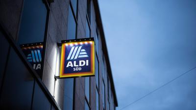Nach Lidl, Rewe und Kaufland will nun auch der Discounter Aldi Löhne und Gehälter der Mitarbeiterinnen und Mitarbeiter noch vor einem Tarifabschluss einseitig erhöhen.