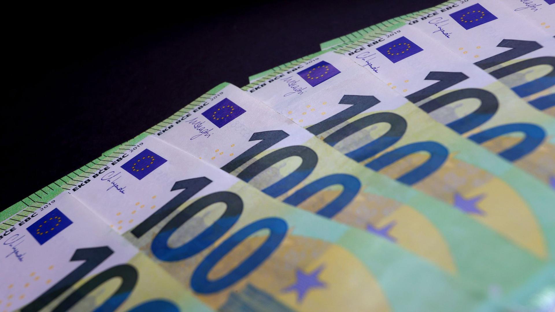 100 Euro Banknoten liegen auf einem Tisch. Das Geldvermögen der Deutschen eilt von Rekord zu Rekord und hat erstmals die Marke von sieben Billionen Euro überschritten.