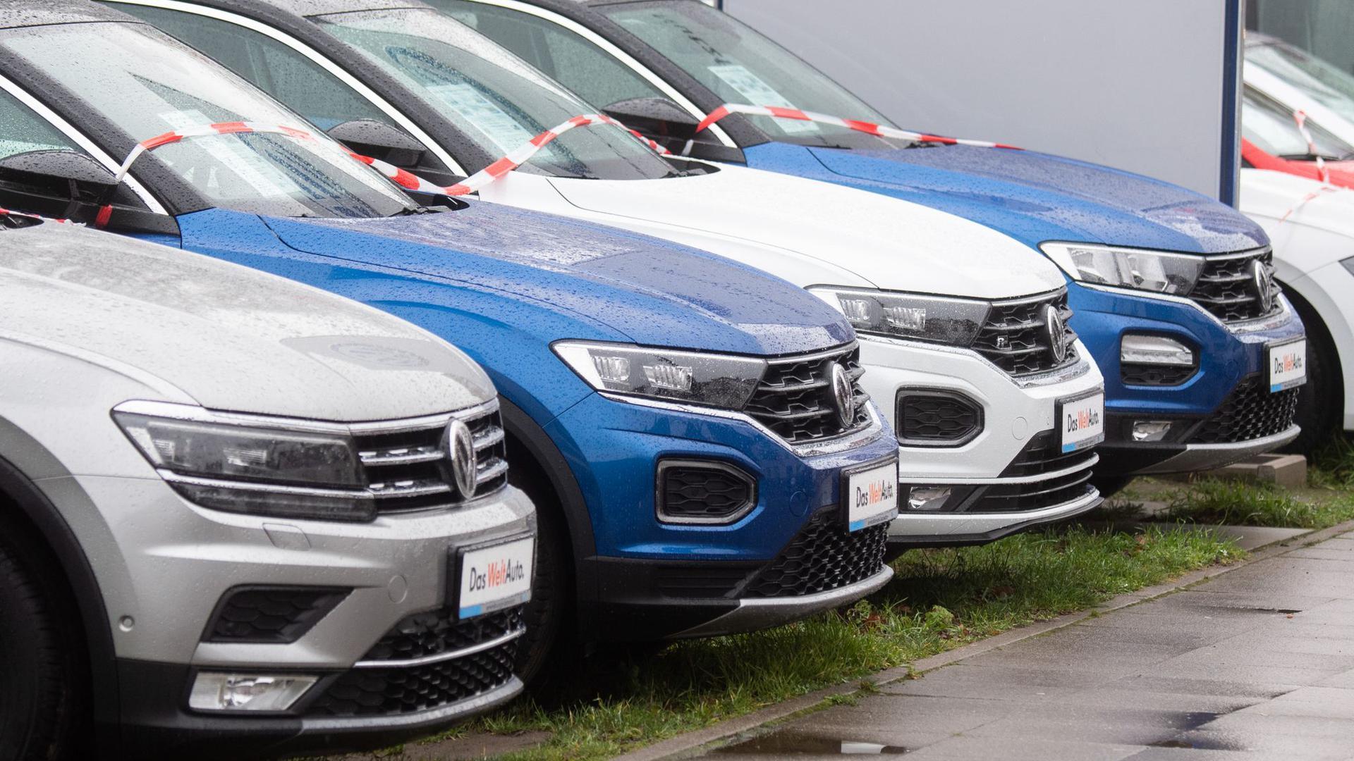 Fahrzeuge der Marke Volkswagen bei einem Autohändler.