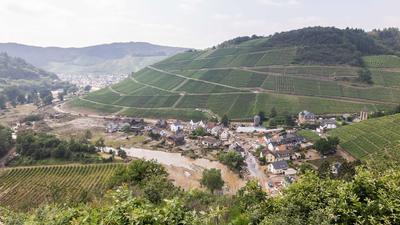 Der Fluss Ahr fließt durch das Ahrtal an dem zerstörten Ort Marienthal und den Weinbergen vorbei.
