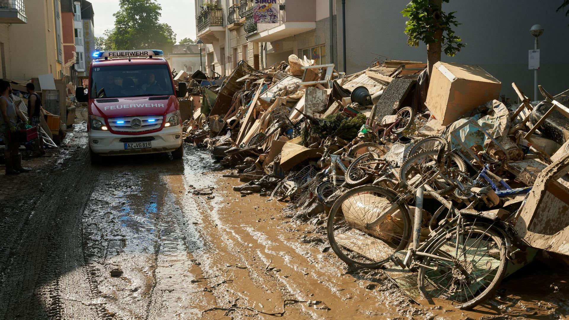 Nicht mehr brauchbar: In Bad Neuenahr in Rheinland-Pfalz stapeln sich Gegenstände, die nach der Hochwasserkatastrophe auf dem Sperrmüll landen.