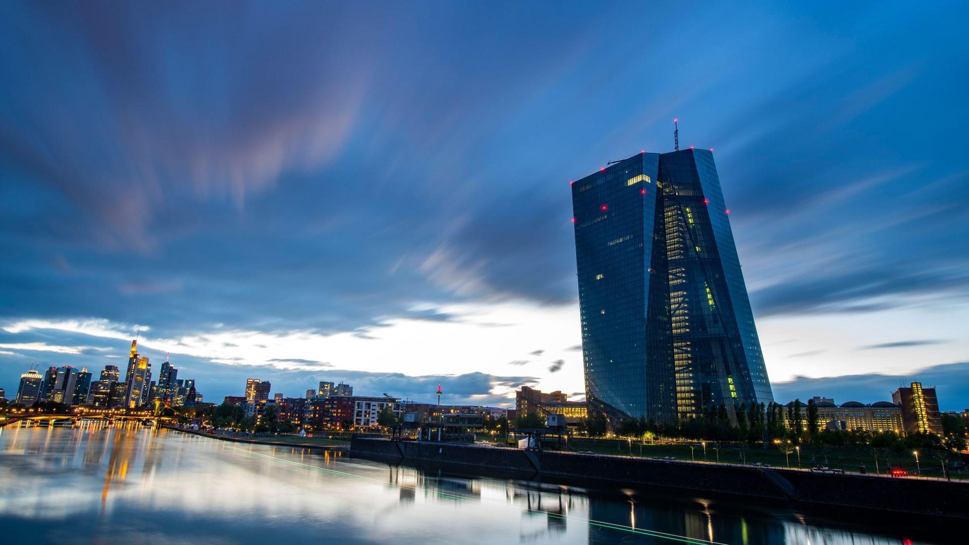 Ein Ende des Zinstiefs im Euroraum ist nicht in Sicht. Den Leitzins im Euroraum hält die EZB seit fast fünfeinhalb Jahren auf dem Rekordtief von null Prozent.