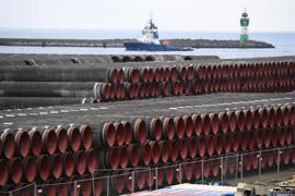 Rohre für den Bau der Erdgaspipeline Nord Stream 2 von Russland nach Deutschland werden im Hafen Mukran auf der Insel Rügen gelagert.