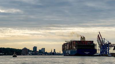 """Die """"HMM Algeciras"""", eines der weltgrößten Containerschiffe, läuft auf der Jungfernfahrt in den Hamburger Hafen ein."""