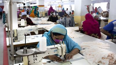 Frauen arbeiten in einer Textilfabrik. Gewerkschaften und NGOs warnen, dass sich die Situation von Arbeiterinnen in Textilfabriken in Bangladesch künftig wieder verschlechtern könnte.