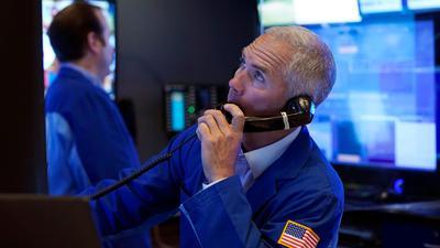 Der Börsenhändler Timothy Nick arbeitet auf dem Parkett der New York Stock Exchange. Die US-Aktienmärkte haben die neue Woche mit weiteren Rekordhochs eingeläutet.
