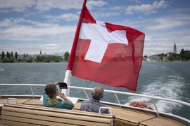 Passagiere genießen die Fahrt auf der frisch renovierten MS St. Gallen der Schweizerischen Bodensee Schifffahrt (SBS) auf dem Bodensee. In der Schweiz ist die Millionärsdichte so hoch wie nirgends sonst. Und der M-Club wächst und wächst. Deutsche Milliardäre und Millionäre sind schon da, aber es kommen immer mehr. Corona trägt dazu bei.