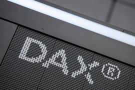 """Der Schriftzug """"DAX"""" im Handelssaal der Deutschen Börse in Frankfurt."""