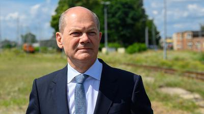 Bundesfinanzminister Olaf Scholz vor dem künftigen Baugelände.