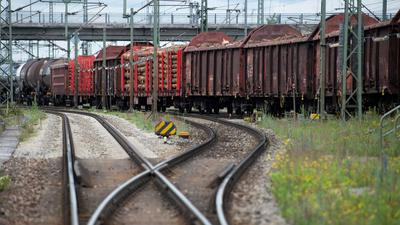 Ein Güterzug steht am Rangierbahnhof.
