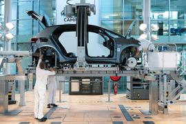 """Mitarbeiter von Volkswagen montieren in der Gläsernen Manufaktur von Volkswagen bei der sogenannten """"Hochzeit"""" die Karosserie und den Antriebsstrang eines VW ID.3."""