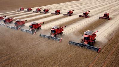 Erntemaschinen fahren über ein Sojafeld in Morro Azul in Brasilien.