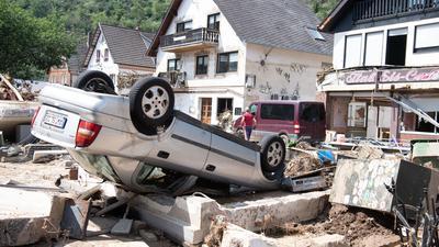 Ein von der Flut mitgerissenes Auto liegt in der Stadtmitte von Altenahr. Zahlreiche Häuser in dem Ort wurden komplett zerstört oder stark beschädigt.