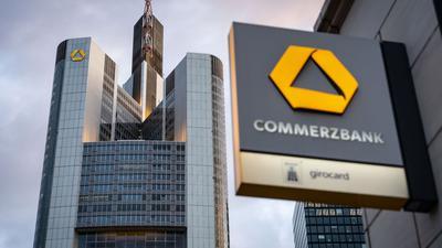Das Logo der Commerzbank ist an einer Filiale in Sichtweite der Zentrale angebracht.