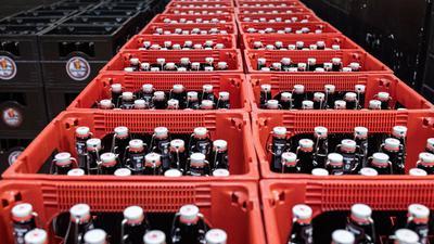 Bierflaschen werden in einem Kühlhaus gelagert. Rund jedes vierte in der EU produzierte Bier kommt aus Deutschland.