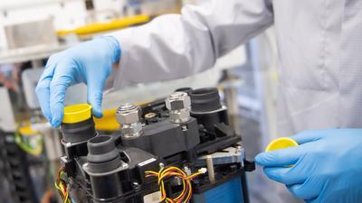 Bei einem Autozulieferer wird an einem Brennstoffzellenmodul gearbeitet.