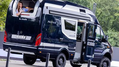 Model Frieda sitzt in dem Wohnmobil La Strada Nova M 4x4 mit Offroad-Reifen und Allradantrieb bei einem Fototermin zum 60. Caravan Salon der Messe Düsseldorf.