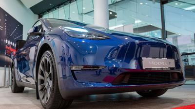 Ein Tesla Model Y. Das Auto kommt zunächst aus China, soll aber in Grünheide gebaut werden, wenn das Werk fertig ist.