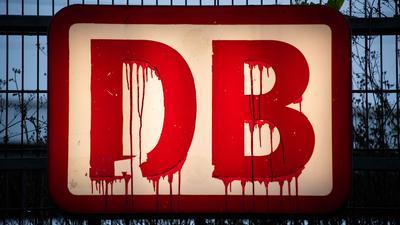 Symbolkraft? Rote Farbe ist auf einem Schild der Deutschen Bahn am Hauptbahnhof von Hildesheim heruntergelaufen.