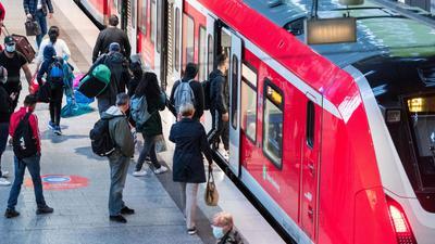 Bahnkunden sind genervt, weil die GDL mit ihren Streiks tagelang den Zugverkehr lahmlegt.