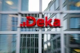 Das Logo der DekaBank Deutsche Girozentrale prangt über dem Eingang der Zentrale im Trianon-Hochhaus.